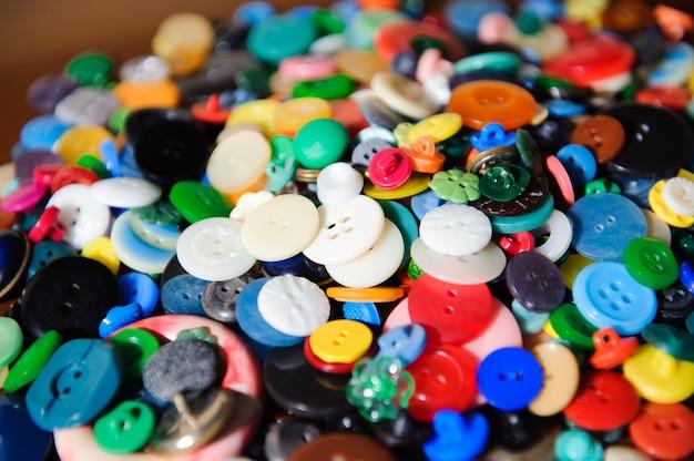 Tło guziki do szycia. kolorowe guziki do szycia tekstury.