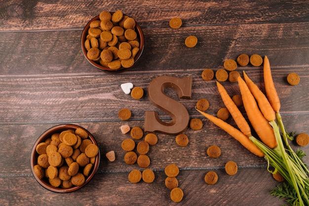 Tło holenderskie święto sinterklaaspepernoten, list czekoladowy, słodycze strooigoed i marchew dla konia