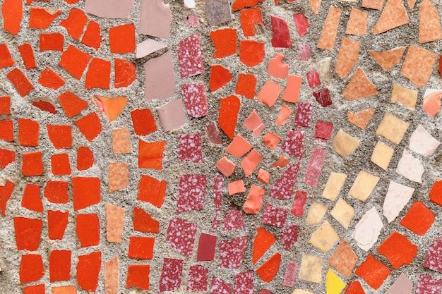 Tło i tekstura pokruszonych płytek w wielokolorowej mozaice