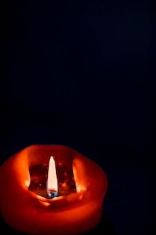 Tło karty z pozdrowieniami szczęśliwych wakacji i koncepcja sezonu zimowego czerwona świeca wakacyjna na ciemnym tle luksusowy projekt marki i dekoracja na boże narodzenie sylwestra i walentynki