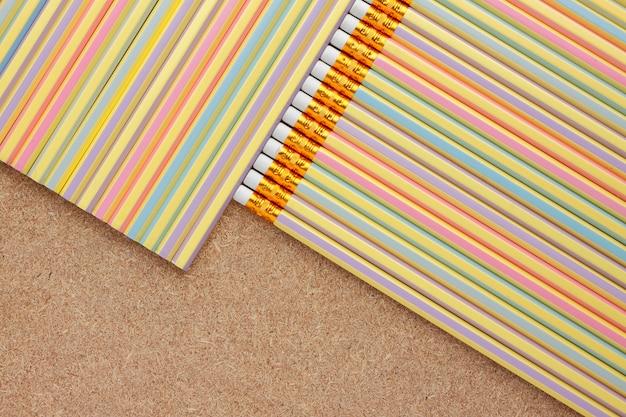 Tło kolorowi ołówki na drewnianym stole