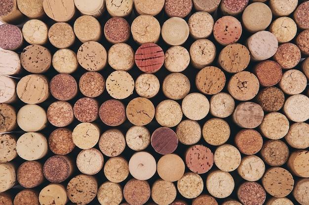 Tło korek wina. tło różnych używanych korków wina z bliska. korek w stosie