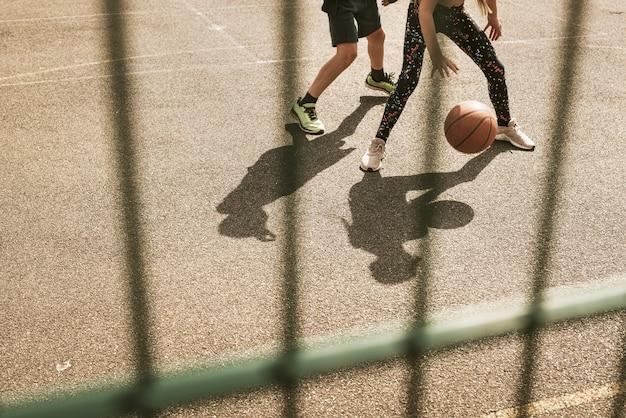 Tło koszykówki, dzieci grające w koszykówkę, letnie hobby