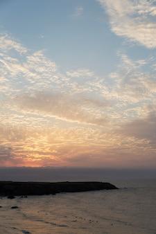 Tło krajobrazu nieba z chmurami