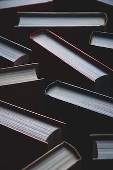 Tło książek w twardej oprawie, tekstury pełnoklatkowe, ujęcie pionowe