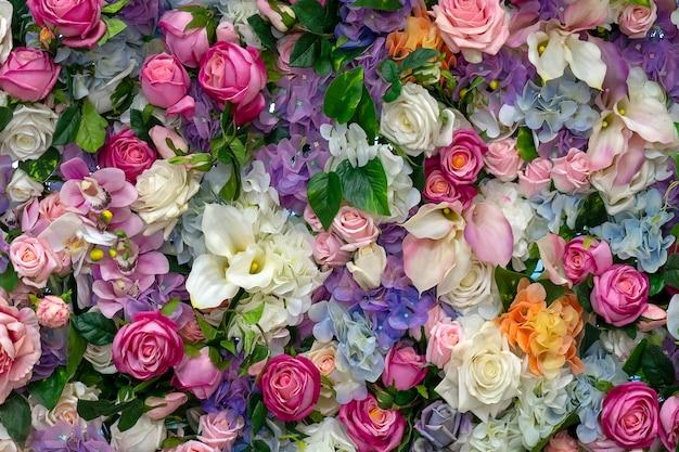 Tło kwiaty. róże i lilie. miejsce na tekst