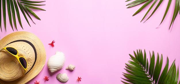 Tło lato, gałązka palmowa na tle piasku morskiego