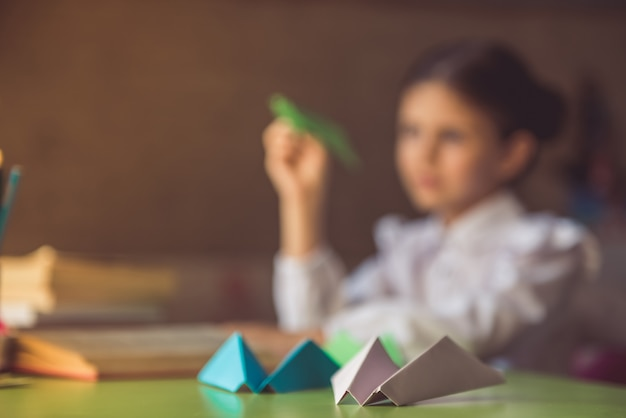 Tło mała dziewczynka odrabia lekcje