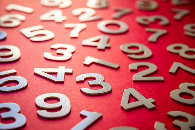 Tło matematyki wykonane z liczb stałych na pokładzie. pojedynczo na czerwono