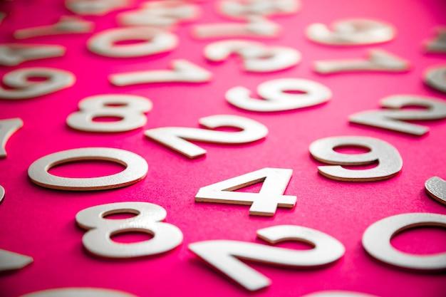 Tło matematyki wykonane z liczb stałych na pokładzie. pojedynczo na różowo