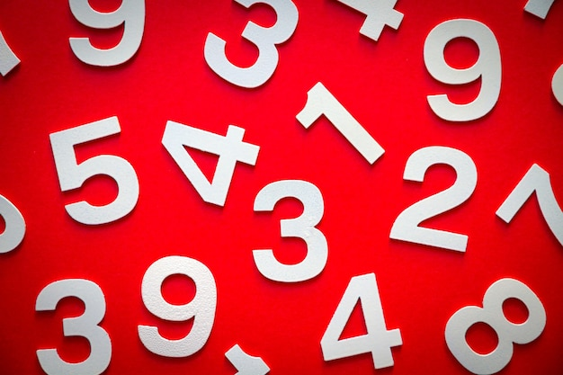 Tło matematyki wykonane z liczb stałych na pokładzie. widok z góry, odizolowany na czerwono