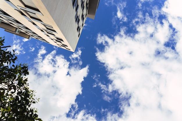 Tło miejskie z nasłonecznionych budynków mieszkalnych i biurowych nowoczesnego miasta.