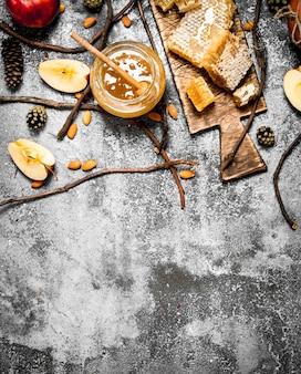 Tło miodu. miód z jabłkami i orzechami.