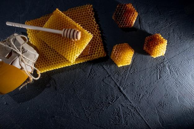Tło miodu. naturalny plasterek miodu i drewniana łyżka