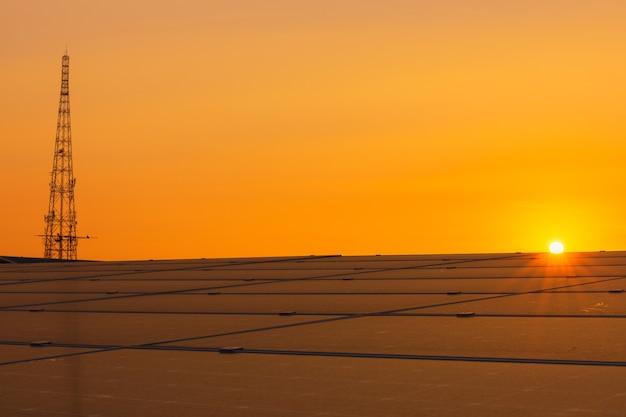 Tło modułów fotowoltaicznych dla energii odnawialnej, panel słoneczny o zachodzie słońca