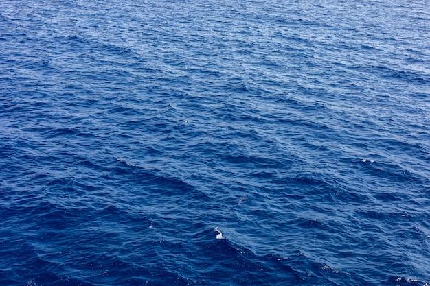 Tło morza lub oceanu. błękitna woda morska w spokoju.