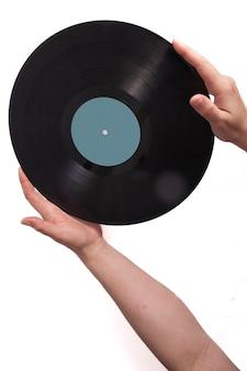 Tło muzyczne, gitara i stare płyty winylowe w kobiecych rękach