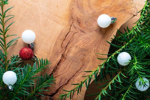 Tło na wakacje nowy rok i boże narodzenie przez krzak sosny i blask kulki na drewno