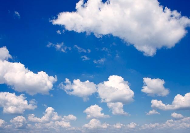 Tło natura. białe chmury na niebieskim niebie