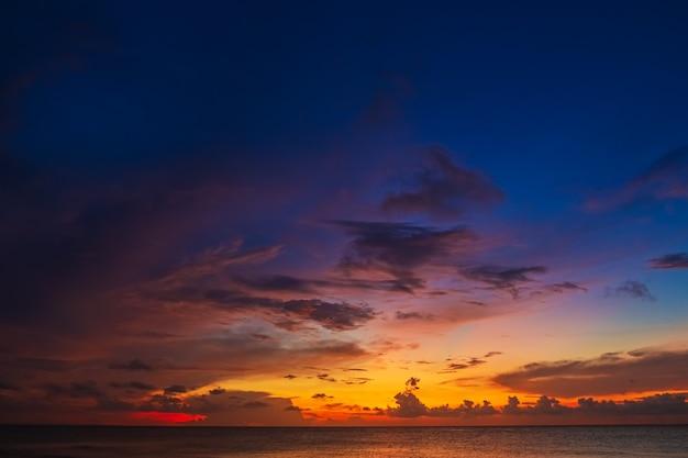 Tło nieba na zachód słońca, streszczenie tło zamazane pole.