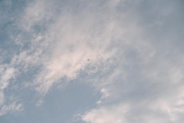 Tło nieba z chmurami
