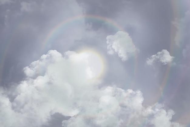 Tło nieba z halo . słońce