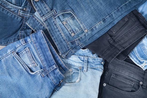 Tło niebieskie i czarne dżinsy. moda