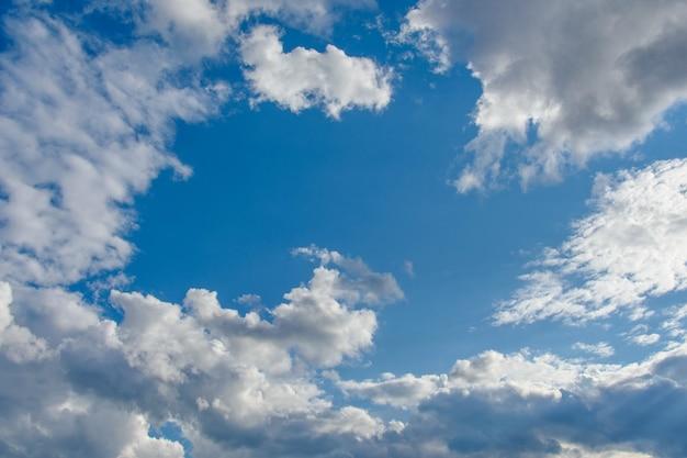Tło niebieskie niebo z białymi i szarymi chmurami.