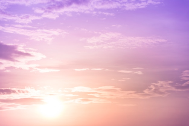 Tło niebo zachód słońca z fioletowym filtrem