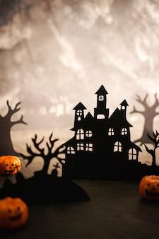 Tło nocy halloween. sztuka z papieru. opuszczona wioska w ciemnym mglistym lesie