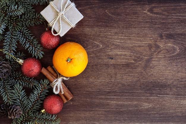 Tło nowego roku świerkowe gałęzie na drewnianym stole