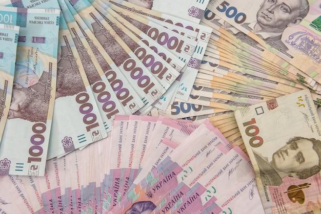 Tło nowych banknotów 1000 500 200 uah na biurku. pieniądze i zapisz koncepcję. tło finansowe. hrywna