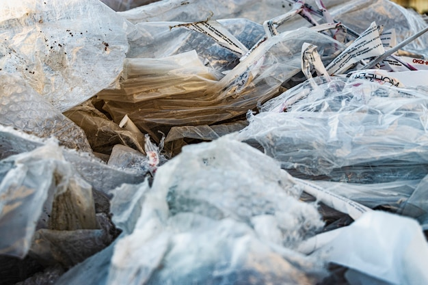 Tło odpadów opakowaniowych celofanu. problemy utylizacji odpadów i ekologia stosowanych materiałów. recykling i ponowne użycie celofanu.