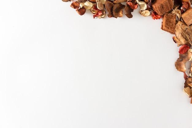 Tło owoców i suchych liści jesienią. skopiuj miejsce. selektywne skupienie.