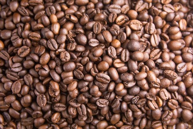 Tło palonych ziaren kawy, brązowe ziarna kawy mogą służyć jako tło