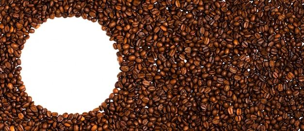 Tło palonych ziaren kawy. miejsce na tekst w postaci koła