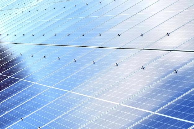Tło paneli słonecznych. fotowoltaiczne odnawialne źródło energii