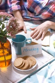 Tło - piękny przytulny poranek i dziewczyna czytająca książkę