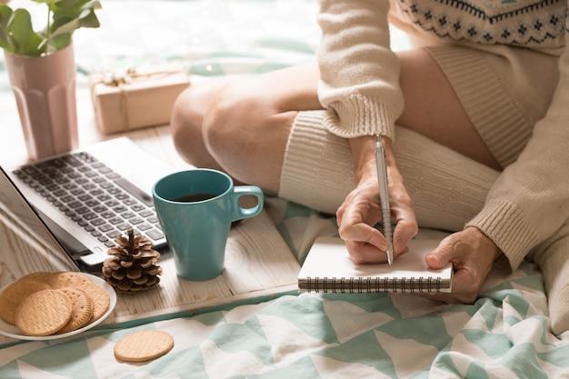 Tło - piękny przytulny poranek i dziewczyna planuje swój dzień