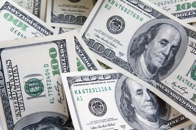Tło pieniądze od 100 dolarowych rachunków. płatności, oszczędności, budżet, zarobki, pojęcie finansów