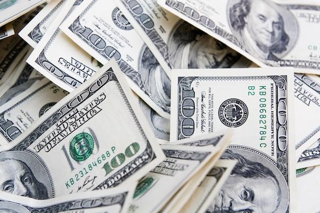 Tło pieniądze z notatek za 100 dolarów. płatności, oszczędności, budżet, zarobki, pojęcie finansów