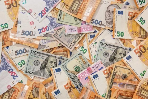 Tło pieniądze z różnych krajów dolarów banknotów euro i hrywny