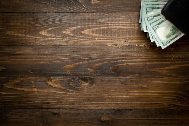 Tło pieniędzy w skórzanej torebce na drewnie