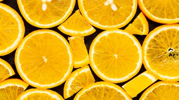 Tło plastry pomarańczy. pomarańczowy wzór owoców. tło żywności z owoców cytrusowych. koncepcja zdrowej żywności. leżał płasko. widok z góry