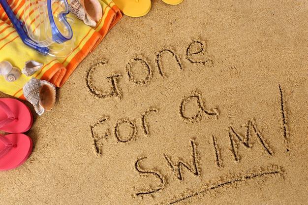 Tło plaża z napisem poszedł na kąpiel
