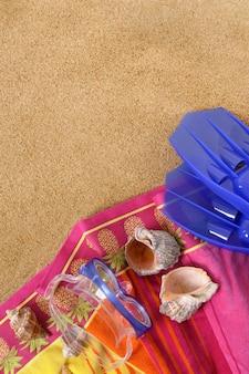 Tło plaża z ręcznikiem, maską i płetwami