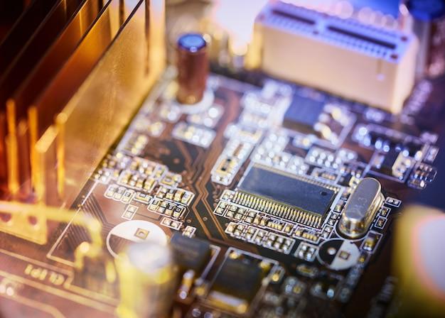 Tło płyty głównej komputera z rozmycie neon wielokolorowe blask