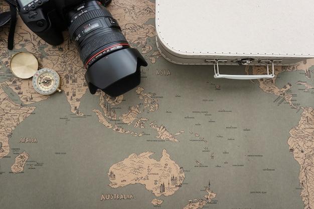 Tło podróży z walizką, aparatem i kompasem
