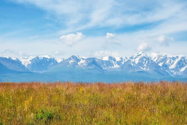 Tło pola uprawnego i gór. niebo z górami w tle.
