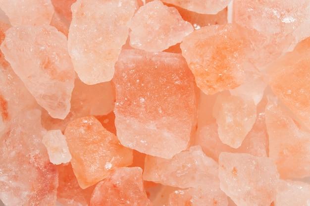 Tło pomalowanej soli jest jasnoczerwone.